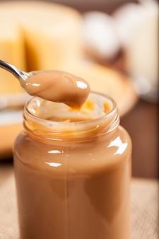 Dulce de leche, (doce de leite) um doce feito à base de leite, feito no brasil e na argentina.