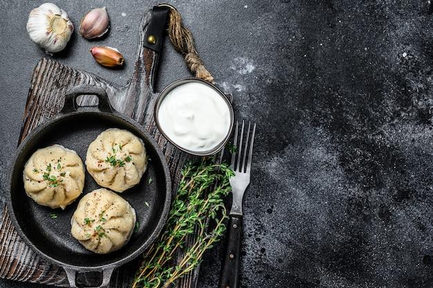 Dumplings cozidos asiáticos manti em uma panela