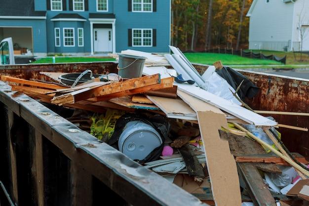 Dumpster roll-off cheio de entulho de construção