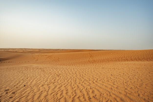 Dunas de areia amarela no deserto de dubai como pano de fundo
