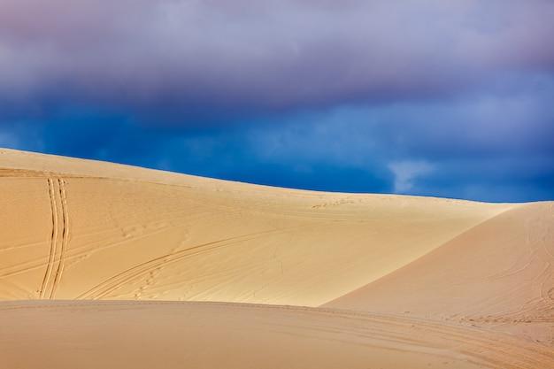 Dunas de areia branca antes da tempestade, mui ne, vietnã