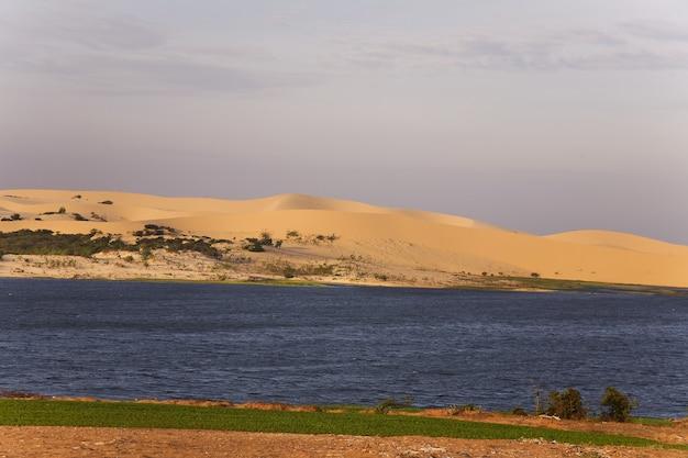 Dunas de areia branca ao nascer do sol,