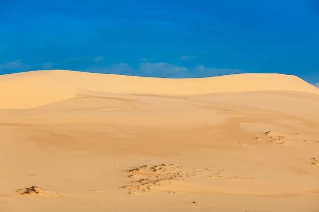 Dunas de areia branca no nascer do sol, mui ne, vietnã