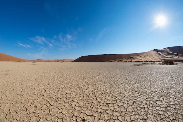 Dunas de areia cênica e panela de barro rachado