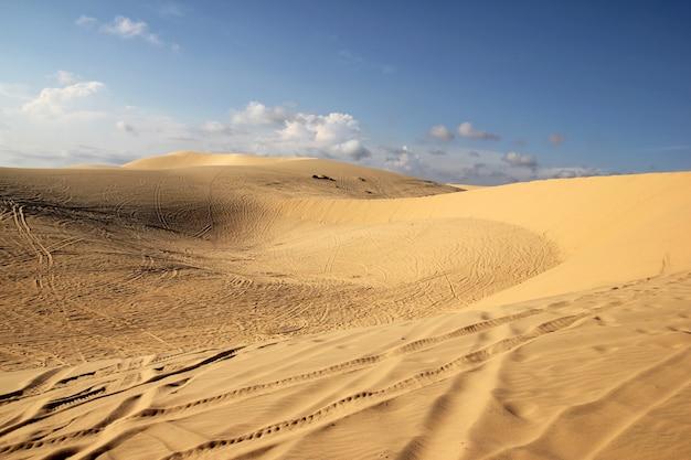 Dunas de areia de ouro ao pôr do sol