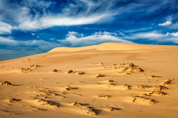 Dunas de areia do deserto no nascer do sol
