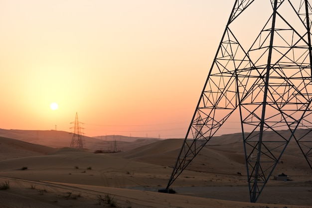 Dunas do deserto em liwa, abu dhabi, emirados árabes unidos durante o pôr do sol