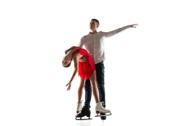 Duo de patinação artística isolado na parede branca com copyspace. dois desportistas praticando e treinando em ação e movimento. cheio de graça e sem peso. conceito de movimento, esporte, beleza.