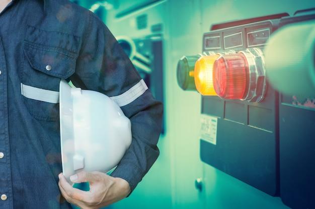 Dupla exposição de engenheiro ou técnico homem segurando o chapéu de segurança