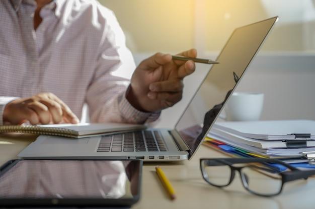 Dupla exposição de mão de homem de negócios trabalhando no computador portátil na mesa de madeira com diagrama de rede de mídia social