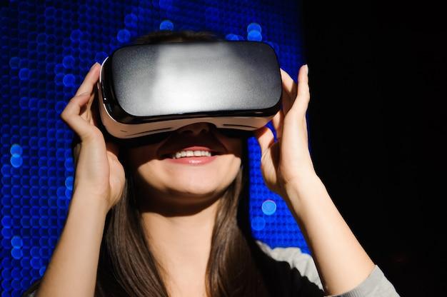Dupla exposição de mulher feliz usando óculos vr-fone de ouvido para o conceito de realidade virtual.