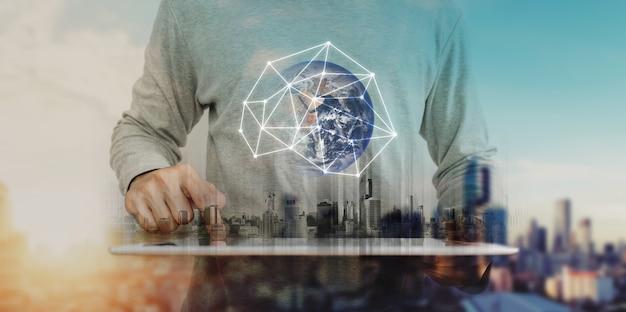 Dupla exposição, um homem trabalhando em tablet digital e tecnologia de holograma de conexão de rede global