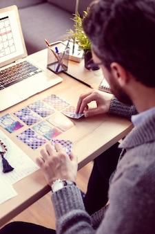 Durante a adivinhação. vista superior das cartas de tarô em uso enquanto se olha para o futuro