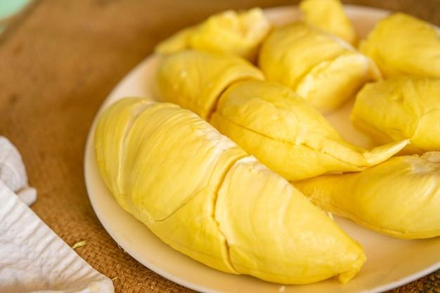 Durian amarelo bonito, pronto para comer nas mãos dos consumidores