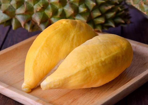 Durian em bandeja de madeira