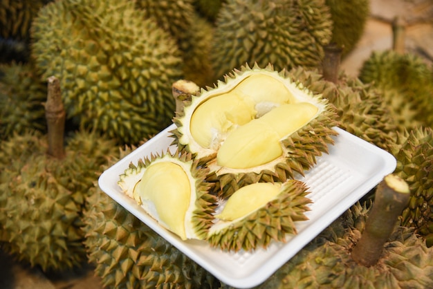 Durian fresco descascado na bandeja e fruta tropical madura durian