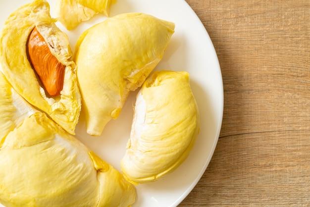Durian maduro e fresco, casca de durian em prato branco
