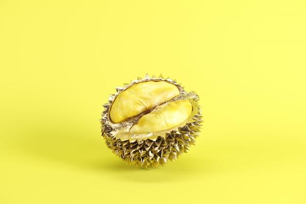 Durian maduro fresco do corte isolado no fundo amarelo