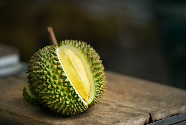 Durian maduro na mesa no jardim
