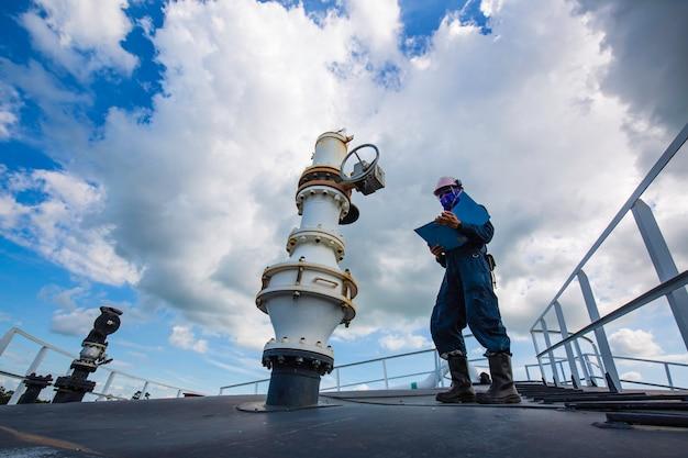 Duto de válvula visual de inspeção de trabalhador masculino e óleo cru do tanque de armazenamento de telhado superior