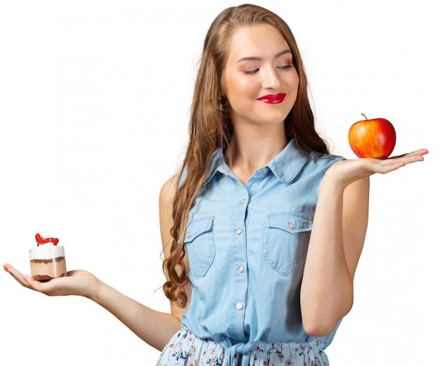 Duvidando mulher com alimentos saudáveis e insalubres