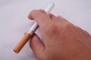 E-cigarro, a mão