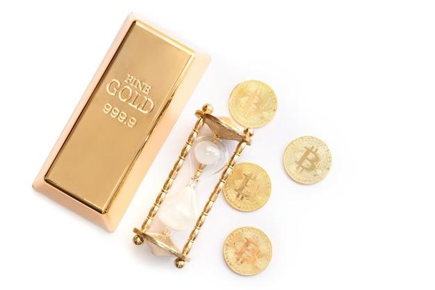 É hora de investir! barra de ouro, ampulheta e bitcoins.