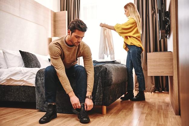 É hora de partir. casal verificando seu apartamento alugado para férias, eles colecionam coisas após a lua de mel das férias