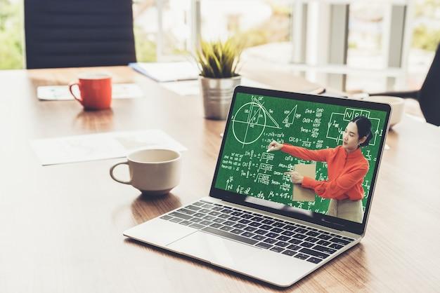 E-learning e educação online para o conceito de estudante e universidade.