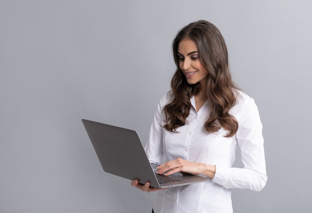 E-learning mesmo de longe. aluna feliz usar laptop. e-learning. educação a distância. elearning. cursos online. telelearning. tecnologia de aprendizagem.
