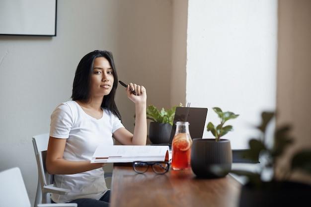 E-learning, mulheres freelance e conceito nômade digital. bela Foto Premium