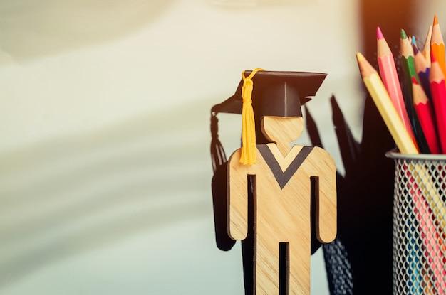 E-learning on-line de volta ao conceito de escola, sinal de estudante madeira com graduação de preto