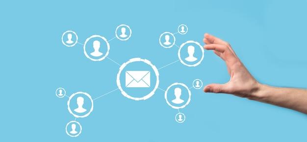 E-mail e ícone do usuário, sinal, símbolo de marketing ou conceito de boletim informativo, diagrama. enviando e-mail. correio em massa. conceito de marketing de e-mail e sms. esquema de vendas diretas em negócios. lista de clientes para envio.