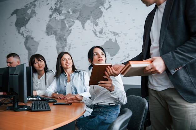 É melhor você escrever. grupo de pessoas em conferência de negócios em sala de aula moderna durante o dia
