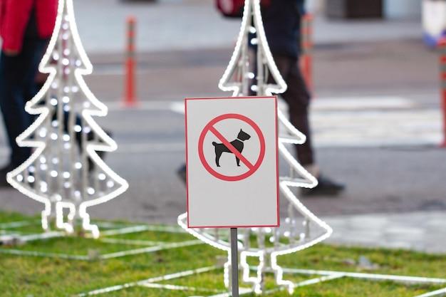 É proibido passear com cães. há uma placa de proibição no gramado.