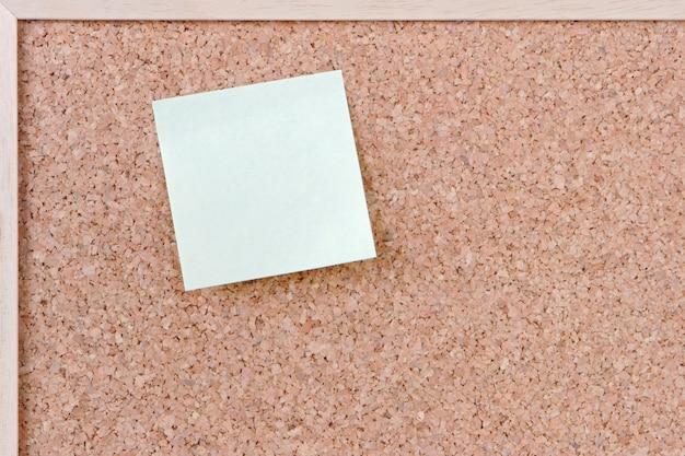 É um postit sobre um chão preto e branco