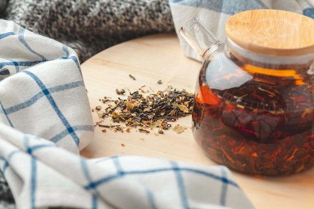 Earl grey chá em bule de vidro na placa de madeira fechar