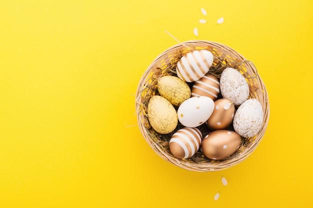 Easter flat lay de ovos no ninho
