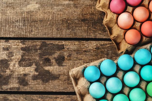 Eastertime cristão tradicional, ovos pintados na caixa de ovo.