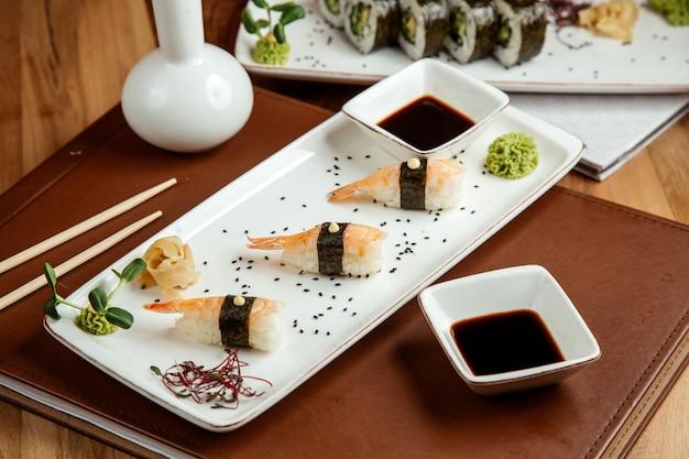 Ebi nigiri com gengibre wasabi e molho de soja