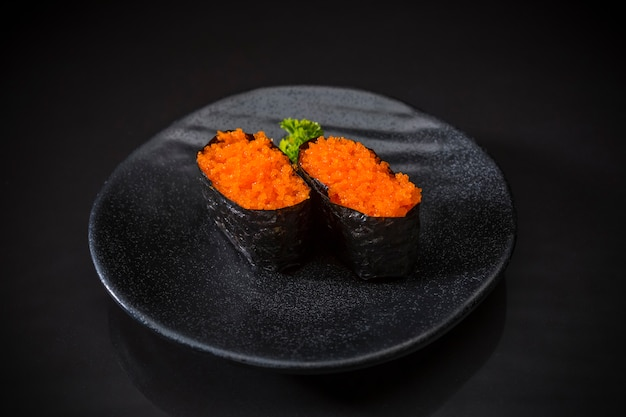 Ebiko nigiri, camarão, menu de sushi bar, sushi ebiko servido no prato de cerâmica fundo preto
