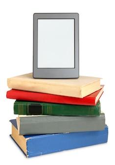 Ebook na pilha de livros antigos, isolado no branco
