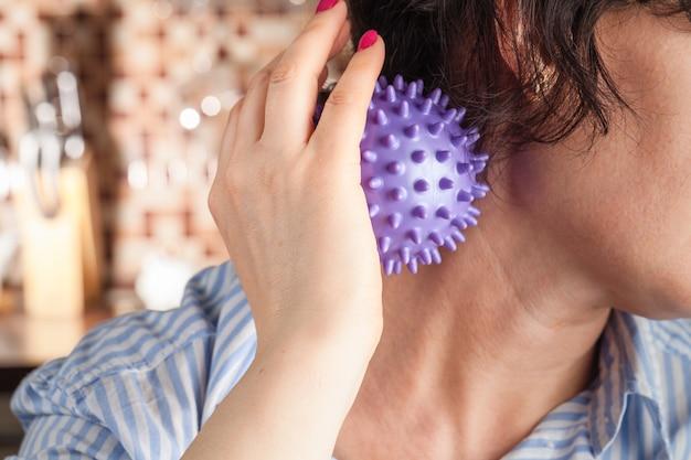 Eceiving massagem nas costas com bola de estresse