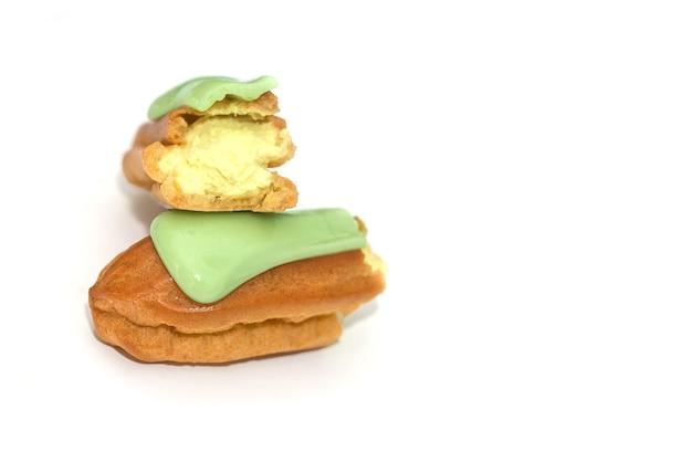 Eclair de pistache verde isolado no branco.