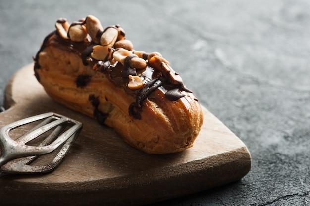 Eclairs com amendoim, cobertura de chocolate