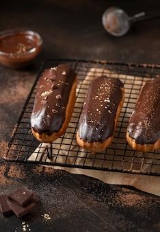 Eclairs com cobertura de chocolate