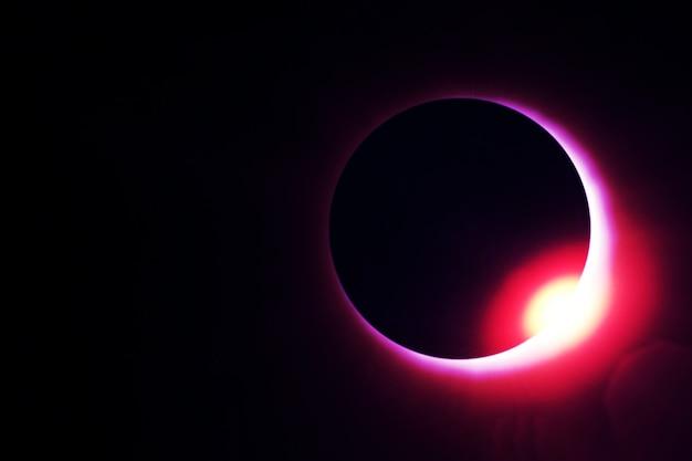 Eclipse solar contra um fundo escuro os elementos desta imagem foram fornecidos pela nasa