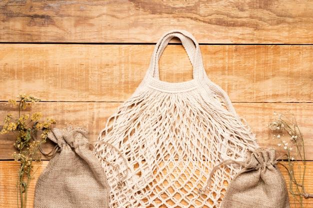 Eco amigável saco branco sobre fundo de madeira