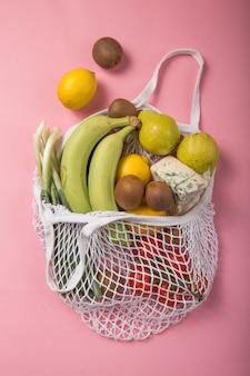 Eco amigável saco natural com frutas e legumes orgânicos.
