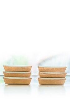Eco caixa térmica. pratos orgânicos. talheres descartáveis biodegradáveis.